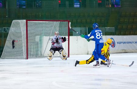 entracte: MOSCOU - 12 d�cembre 2014: les joueurs non identifi�s dans l'action pendant le match de championnat russe bandy Dinamo Moscou vs SKA Neftyanik dans le palais du sport Krilatskoe, Moscou, Russie. Dynamo a remport� 9: 1 Editeur