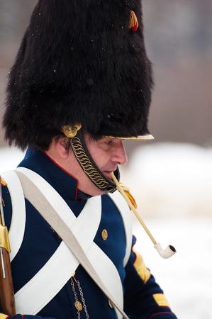 mosquetero: RUSIA, Aprelevka - 07 de febrero: Sin determinar mosquetero ruso fumando en la recreaci�n de las maniobras napole�nicas cerca de la ciudad Aprelevka, en 1812. Regi�n de Mosc�, Aprelevka 7 de febrero de 2015, Rusia