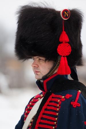 mosquetero: RUSIA, Aprelevka - 07 de febrero: Sin determinar mosquetero ruso posando en la recreaci�n de las maniobras napole�nicas cerca de la ciudad Aprelevka, en 1812. Regi�n de Mosc�, Aprelevka 7 de febrero de 2015, Rusia