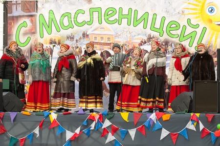 sudarium: PODOLSK, OSTAFIEVO, RUSSIA - FEBRUARY 21: Unidentified people of folk collective Istok on Russian religious and folk holiday Maslenitsa in estate Ostafievo on February 21, 2015, near Podolsk, Russia