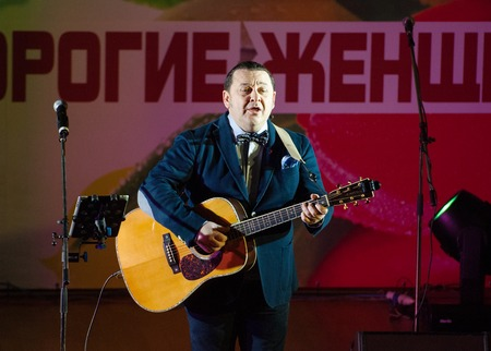 gitar: MOSCOW, RUSSIA - MARCH 5: Igor Sarukhanov with a gitar sing a song on a scene during Womens Day performance in Moscow culture center Vostok on March 5, 2015 in Moscow, Russia Editorial