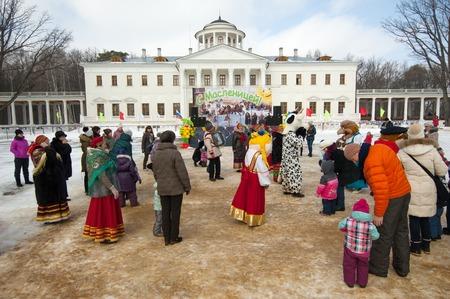 sudarium: PODOLSK, OSTAFIEVO, RUSSIA - FEBRUARY 21: Unidentified people dance roundelay in Ostafievo estate on Russian religious and folk holiday Maslenitsa in estate Ostafievo on February 21, 2015, near Podolsk, Russia