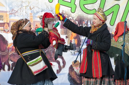 sudarium: PODOLSK, OSTAFIEVO, RUSSIA - FEBRUARY 21: Unidentified women fights by stick on Russian religious and folk holiday Maslenitsa in estate Ostafievo on February 21, 2015, near Podolsk, Russia