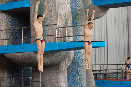 musique: RUSSIA, MOSCOW - APRIL 29 2015: Athletes S. Nikolaev and A. Molchanov jumps from diving-tower in Pool on Moscow city diving tournament in Moscow, Russia, 2015