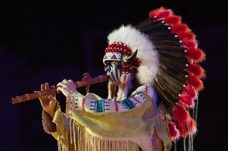 zampona: Rusia, Moscú - 18 de abril de 2015: el hombre no identificado en traje indio tocar la flauta en el Mundial de Cuerpo a cuerpo Campeonato de combate en Moscú, Rusia, 2015