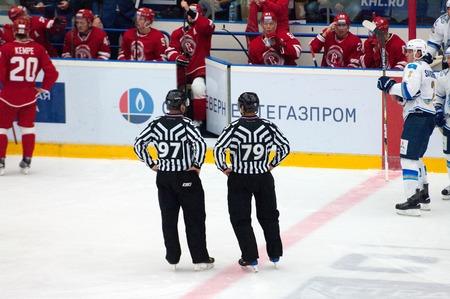 arbitros: MOSCÚ - 17 DE OCTUBRE, 2015: Cabeza árbitros Y. Oskirko79 y A. Soin 97, durante el partido de hockey Vityaz vs Barys el campeonato de Rusia KHL el 17 de octubre de 2015, en Moscú, Rusia. Vityaz ganó 4: 3