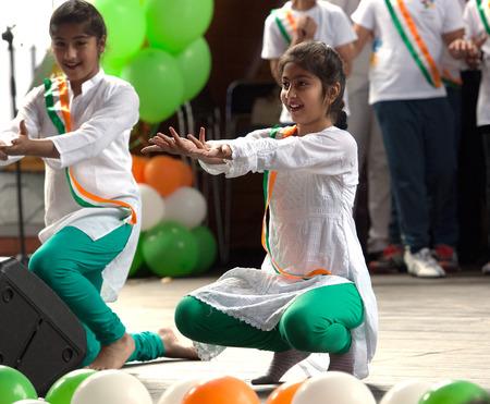 independencia: Rusia, Moscú - AGOSTO 16 de, 2015: los adolescentes no identificados de la danza popular Hendustani colectiva en una escena en el Día de la Independencia de la India en el parque Sokolniki, Moscú, Rusia