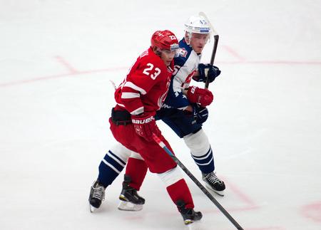 hockey sobre hielo: PODOLSK - 21 de noviembre de 2015: durante el partido de hockey Vityaz vs torpedo en el campeonato de Rusia KHL en pista de hielo Vutyaz, Podolsk, Rusia. Torpedo gan� 4: 3