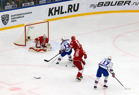 ganado: PODOLSK, Rusia - 30 de noviembre, 2016: p Datsyuk (13) e I. Kovalchuk (17) ataque contra juego de hockey Vityaz vs SKA en el campeonato de Rusia KHL el 11 de noviembre de 2016, en Podolsk, Rusia. SKA ganó 4: 0