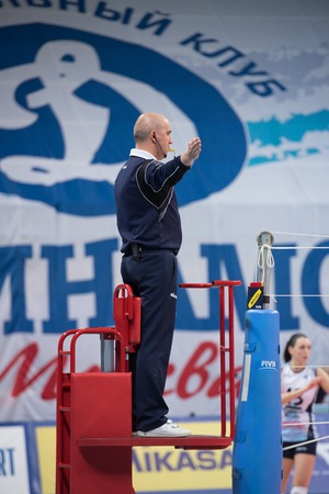 arbitros: MOSCOW - NOVEMBER 2, 2016: Unidentified referee gesture on game Dynamo MSK vs Dynamo KZN on Russian National wemen Volleyball tournament on November 2, in Moscow, Russia, 2016