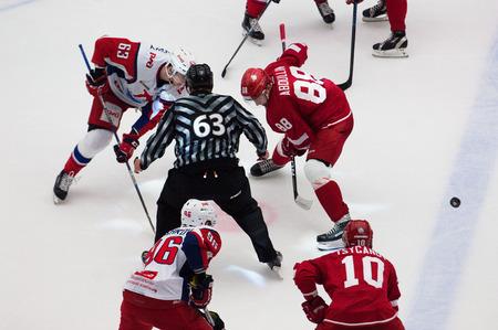 arbitro: PODOLSK, Rusia - 20 de noviembre, 2016: p Kraskovsky (63) y D. Abdullin (88) de cara a cara en el partido de hockey Vityaz vs Lokomotiv en el campeonato de Rusia KHL el 20 de noviembre de 2016, en Podolsk, Rusia. Vityaz ganó 2: 1 Editorial