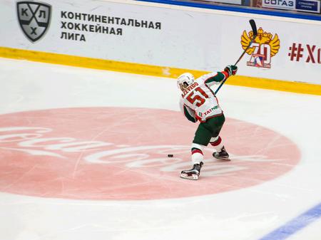 ganado: PODOLSK, Rusia - el 14 de enero de 2017: J. Azevedo (51) tiro en el juego de hockey Vityaz vs AKBars en Rusia KHL campeonato el 14 de enero de 2017, en Podolsk, Rusia. Vityaz ganó 3: 2 Editorial