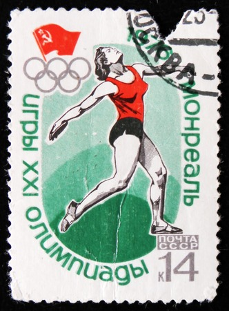 lanzamiento de disco: MOSCOW, RUSSIA - APRIL 2, 2017: A post stamp printed in shows discus throwing, Olympic games in Montreal, Canada, circa 1976 Editorial