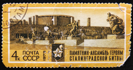 estampilla: MOSCOW, RUSSIA - APRIL 2, 2017: A post stamp printed in USSR shows an avenue  of monuments to series  heroes of the Battle of Stalingrad, circa 1973 Editorial
