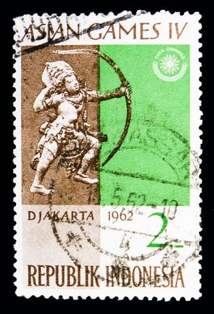 Moscú, Rusia - 13 de mayo de 2018: Un sello impreso en Indonesia muestra los Juegos Asiáticos - Emblema de los Juegos, serie, circa 1962 Editorial