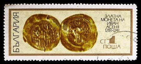Moscú, Rusia - 15 de septiembre de 2018: Un sello impreso en Bulgaria muestra Ivan Acen II, serie Old Coins, circa 1970 Editorial