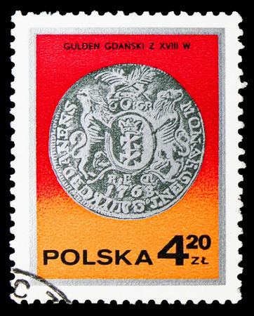 Moscú, Rusia - 15 de septiembre de 2018: Un sello impreso en Polonia muestra el florín del rey Augusto III, Gdansk, siglo XVIII, serie de monedas de plata, circa 1977