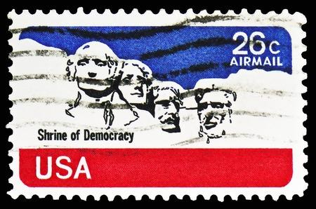 Moskau, Russland - 10. FEBRUAR 2019: Eine Briefmarke gedruckt in den Vereinigten Staaten zeigt Monument Rushmore National Memorial, Airmail 1974-1976 Serie, ca. 1974 Editorial