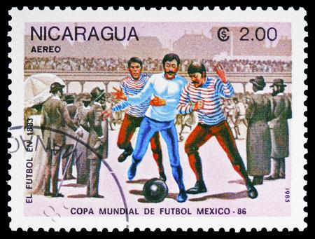 Moscou, Russie - 10 février 2019 : un timbre imprimé en montre l'évolution du football, année 1883, Coupe du Monde de la FIFA 1986 - Mexico serie, vers 1985