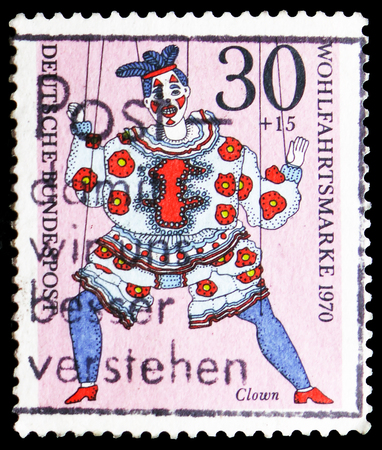 MOSCOW, RUSSIA - FEBRUARY 21, 2019: A stamp printed in Germany, Federal Republic shows Marionettes - Clown, Welfare: Puppets serie, circa 1970 Imagens - 120303721