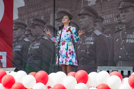 MOSCOW, RUSSIA - MAY 9, 2019: Unidentified singer sing a song on a scene during event dedicated to Victory Day on May 9, 2019 Imagens - 127627812