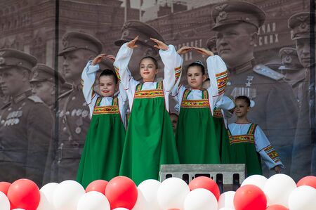 MOSCOW, RUSSIA - MAY 9, 2019: Unidentified girl collective dance on a scene during event dedicated to Victory Day on May 9, 2019 Imagens - 127627822