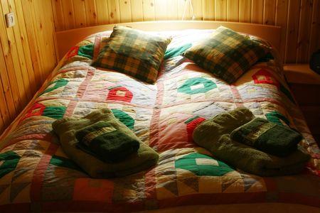 Lino de cama colorido en una cama de madera Foto de archivo - 383390