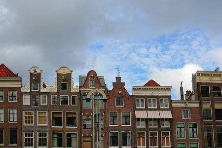 rij huizen: De smalle rij huizen van Amsterdam, Nederland. Stockfoto