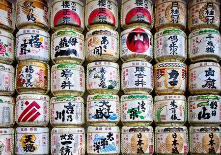 sake: Barriles de vino con escritura decorativa en un templo japon�s de arroz de sake japon�s  Editorial
