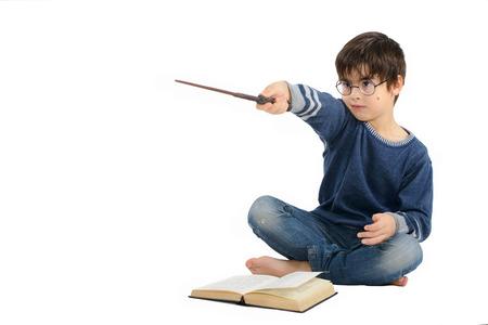 ni�os inteligentes: El ni�o peque�o lindo est� leyendo un libro y imagin�ndose un h�roe