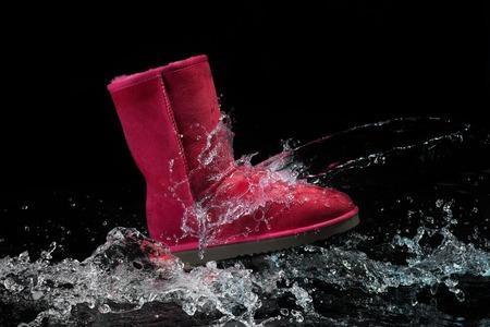 chaussures imperméable à l'eau protégée de couleur marron avec des gouttelettes d'eau. La cire des chaussures protège les chaussures de l'eau