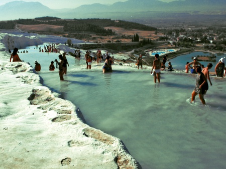 bathers: Bagnanti nelle piscine termali a Pamukkale, Turchia, settembre 2011