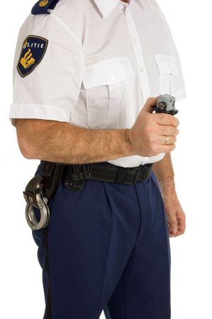 Nederlands politiefunctionaris houdt zijn traangas op wit