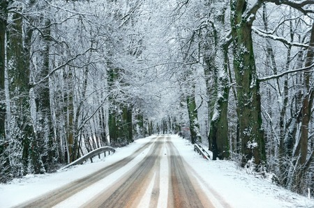 car track covered with snow, snow on the highway Stockfoto