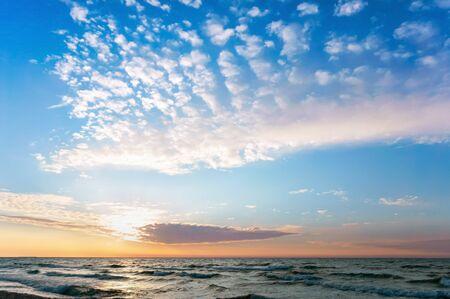 Sonnenuntergang am Meer, der Himmel ist lila vom Sonnenuntergang
