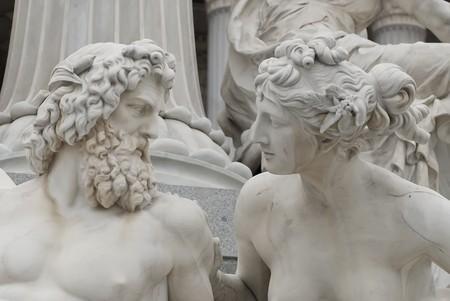 las famosas esculturas de todo el Parlamento austríaco dedicado a la diosa griega Pallas athena Foto de archivo