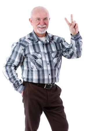 hombre viejo: Hombre feliz de edad mostrando dos dedos, signo de la victoria, gesto positivo o la paz, aislado sobre fondo blanco