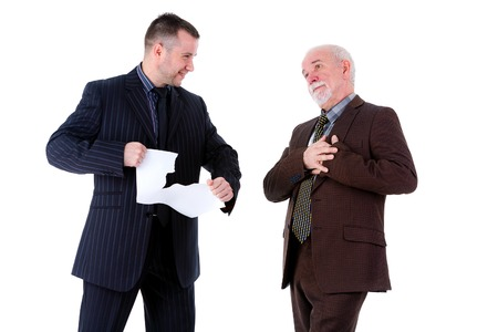 convulsión: Joven y viejo hombre de negocios discutir, aislado en fondo blanco