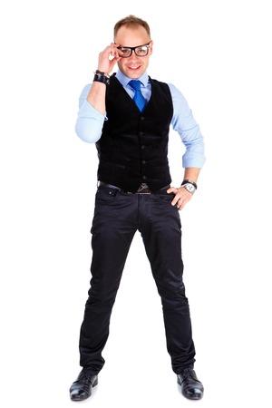 body expression: Retrato de cuerpo entero de feliz hombre de negocios informal joven en traje y corbata sostiene los vidrios blancos dientes sonrisa aislados en blanco Positivo expresi�n facial emoci�n humana