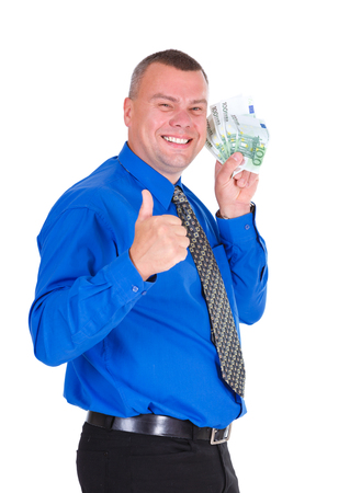 show bill: Retrato de feliz, sonrisa, exitoso, hombre de negocios suerte en camisa y corbata con billetes de euros de dinero en las manos y mostrando el dedo grande hacia arriba. fondo blanco aislado. La emoción positiva