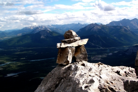 inukshuk: Inukshuk on top of Mount Yamnuska, Alberta