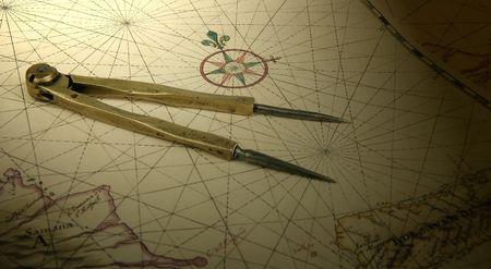 Antica ottone divisori su una carta nautica