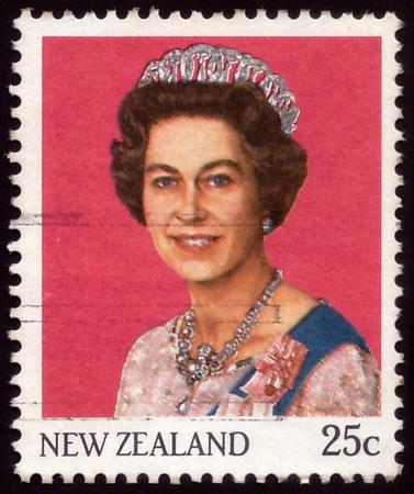 NUEVA ZELANDA - CIRCA 1985: un sello impreso en Nueva Zelanda muestra a la reina Isabel II, alrededor de 1985 Foto de archivo - 77867290