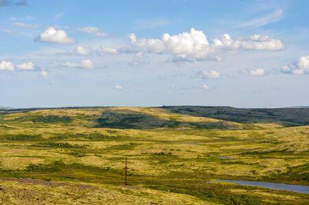 Unterwegs durch die Murmansker Tundra. Ruhige Natur des russischen Nordens. Murmansk-Räume, über denen leise Wolken schweben. Helle, verrückte Farben. Standard-Bild