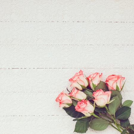 mazzo di fiori: Bouquet di rose rosa sulla tovaglia bianca con lo spazio della copia. Tonica, soft focus. Archivio Fotografico