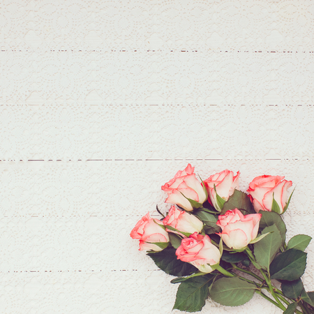 rosas de color rosa ramo en el mantel blanco, con copia espacio. Virada, enfoque suave. Foto de archivo