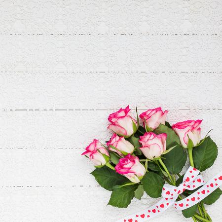 rosas rosadas: Ramo de rosas en blanco mantel de ganchillo. Vista superior