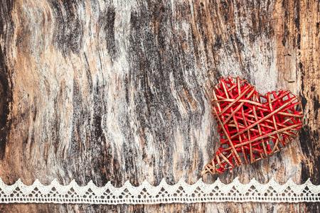 encaje: coraz�n D�a de San Valent�n en el fondo de madera. copia espacio, tonificado