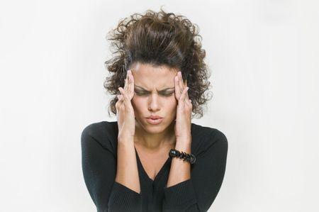 femme inqui�te: Worried femme tenant la t�te entre ses mains Banque d'images