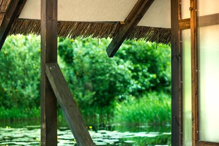 Persona Que Hace Ejercicio De Yoga En La Terraza De Madera